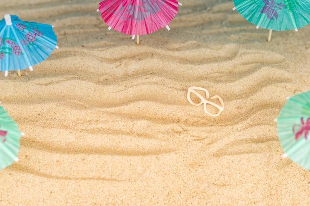 Ombrelloni sulla spiaggia sabbiosa.
