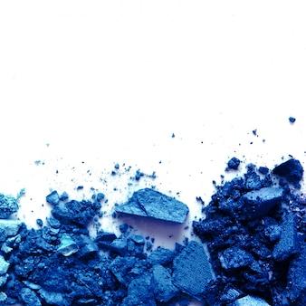 Ombretto in polvere cosmetica sparsa. colore dell'anno 2020 blu classico. copia spazio.