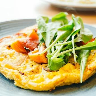 Omelette delle uova fritte in piatto bianco