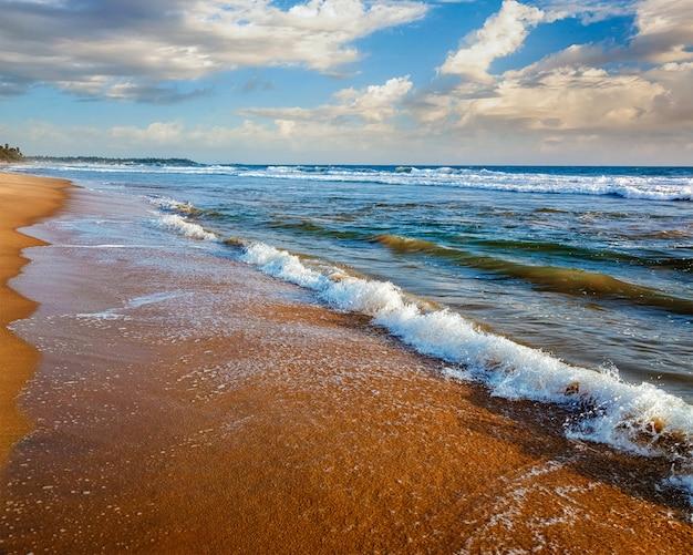 Onda che si alza sulla sabbia