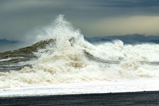 Onda del mare con schiuma e spray durante una tempesta.