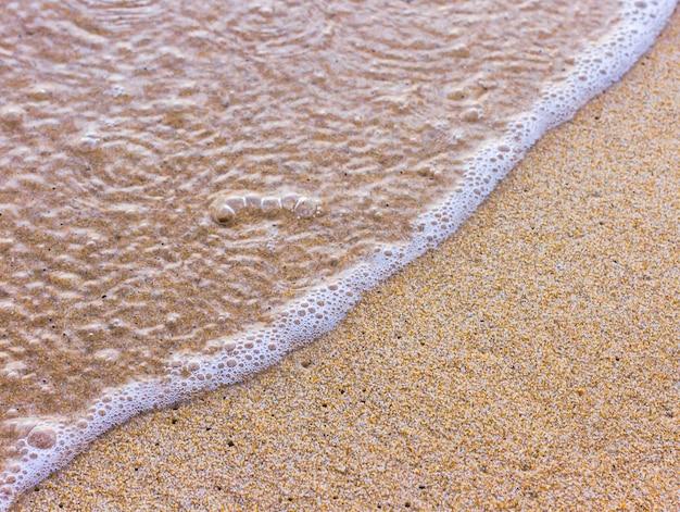 Onda del mare sulla spiaggia di sabbia soffice