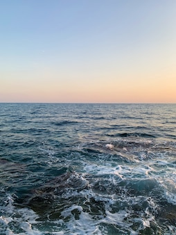 Onde al mare al tramonto