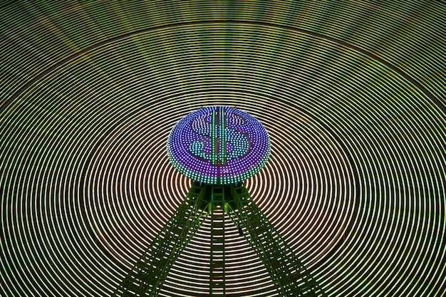 Onde astratte della luce al neon della ruota di meraviglia