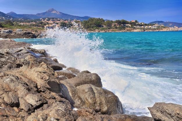 Onde che colpiscono la costa rocciosa del tagainst nel nord-est della corsica