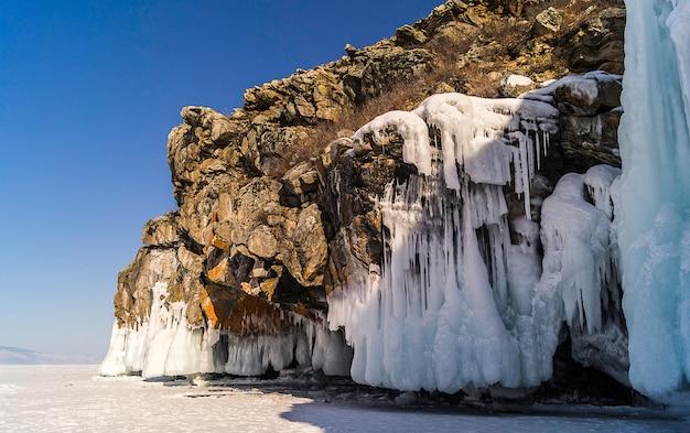 Onde congelate su rocce e blocchi di ghiaccio nel lago baikal, in russia.