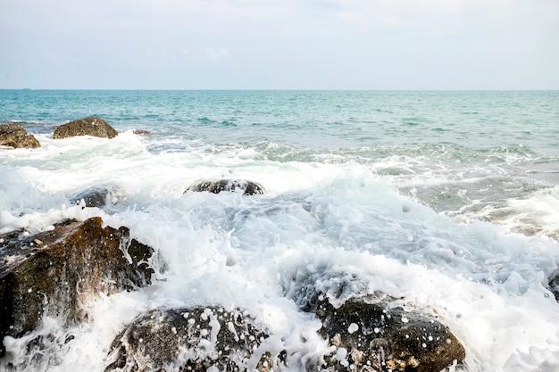 Onde del mare durante una tempesta in andamane