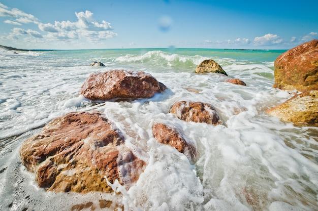 Onde del mare e rocce