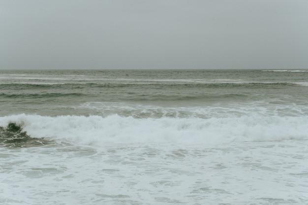 Onde dell'oceano in una giornata nuvolosa