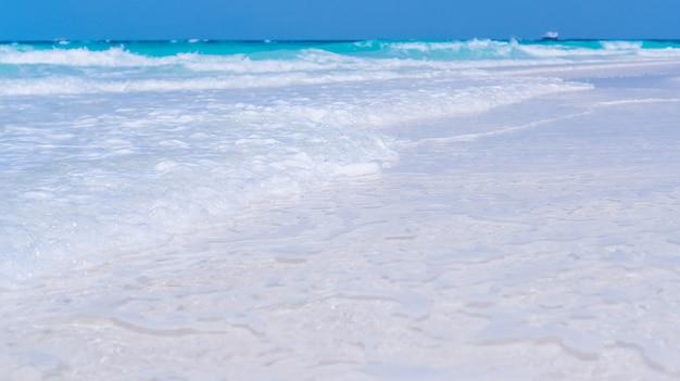 Onde di acqua blu sulla riva di un oceano