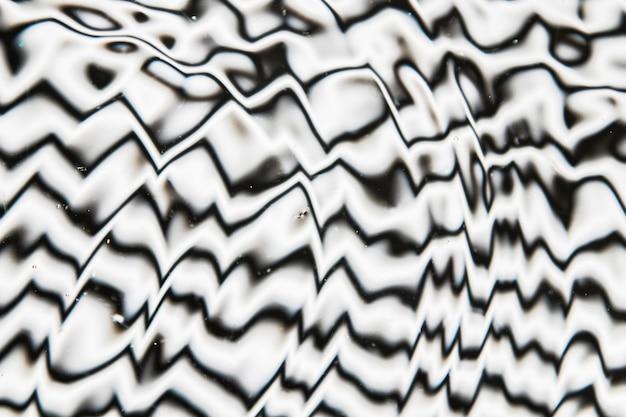 Onde di acqua su una superficie di piscina in bianco e nero