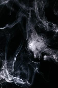 Onde di fumo grigio su sfondo nero
