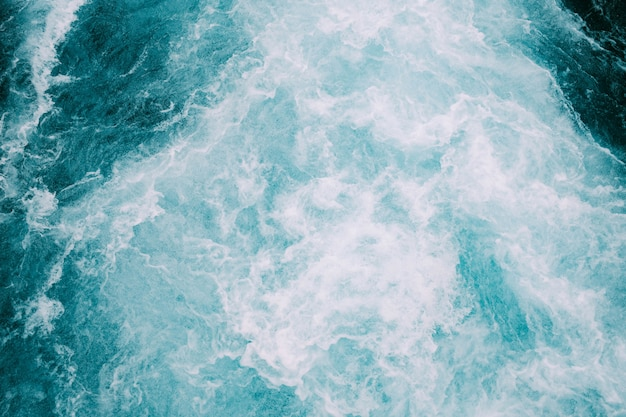 Onde spumeggianti dell'oceano