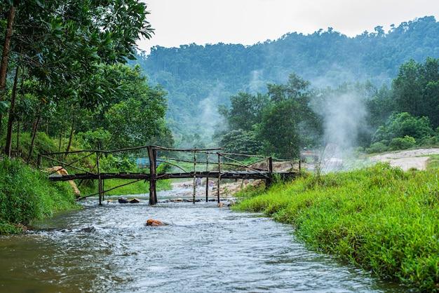 Onsen al kapong phang-nga della sorgente di acqua calda di plai-poo