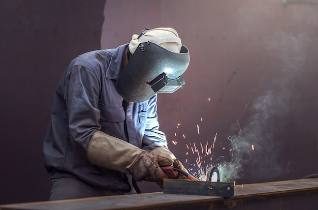 Operaio con maschera protettiva in metallo