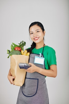 Operaio del supermercato con pacchetto di carta