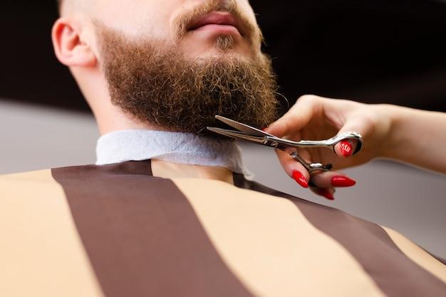 Operaio di barbiere professionista di vista bassa che fa il suo lavoro