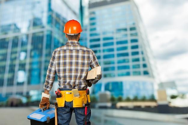 Operaio edile in cantiere