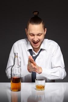 Operaio felice con una bottiglia di whisky