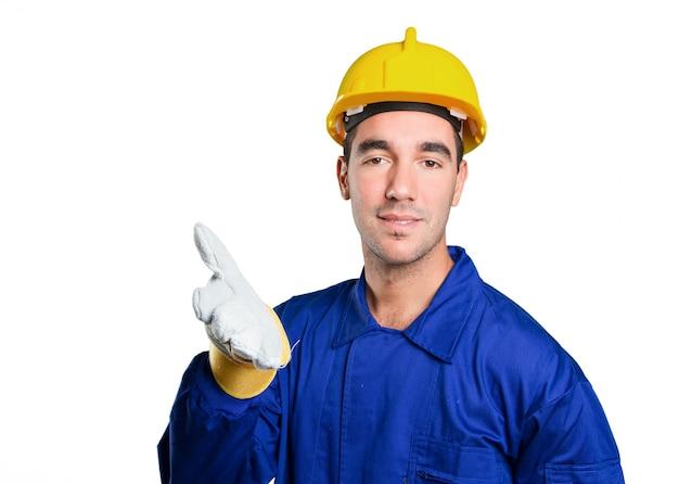 Operaio sicuro con il gesto di stretta di mano su priorità bassa bianca