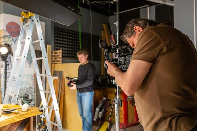 Operatore che lavora con una cinepresa