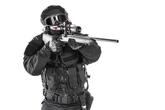 Operatore con il fucile da cecchino che mira il nemico