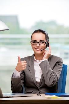 Operatore di call center che lavora alla sua scrivania