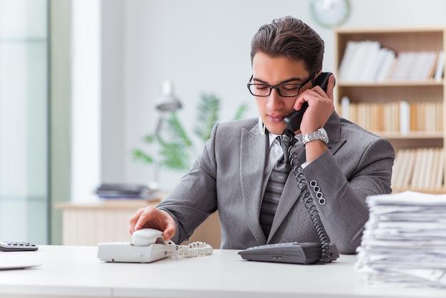 Operatore di call center che parla al telefono
