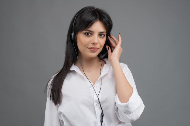 Operatore di call center che risponde ai clienti in un'azienda con supporto tecnico isolato