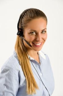 Operatore di call center giovane sorridente