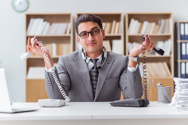 Operatore di helpdesk arrabbiato in ufficio