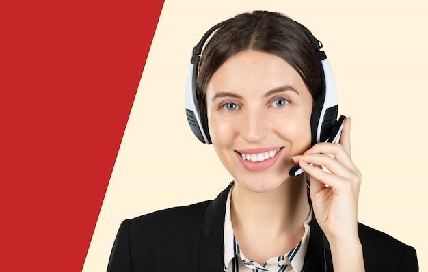Operatore telefonico di assistenza clienti in cuffia, con area di copyspace vuota per slogan o messaggio di testo