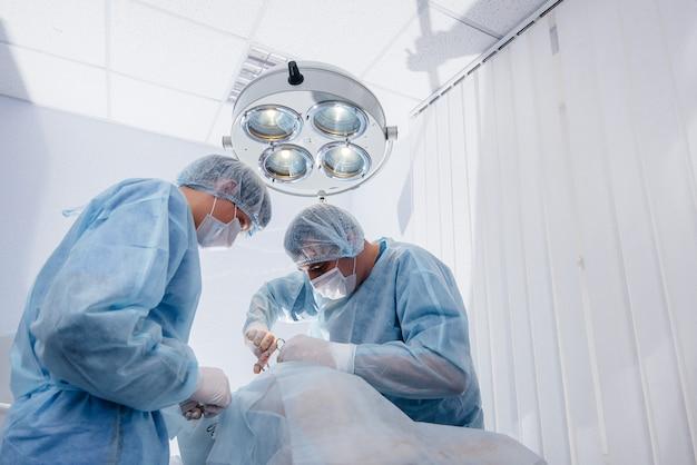 Operazione in una moderna sala operatoria close-up, salvataggio di emergenza e rianimazione del paziente. medicina e chirurgia.