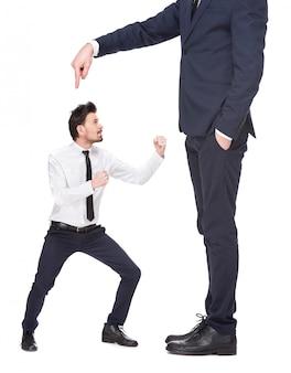 Opposizione tra due uomini emotivi.