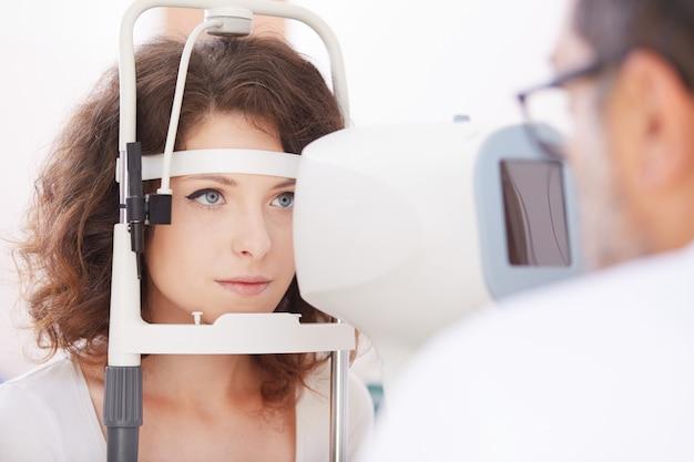 Opthalmologist femminile che lavora