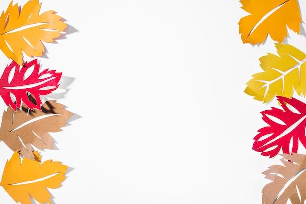 Opuscoli di carta brillante su sfondo bianco