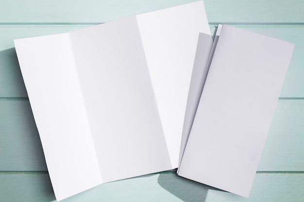 Opuscolo pieghevole in carta bianca disteso