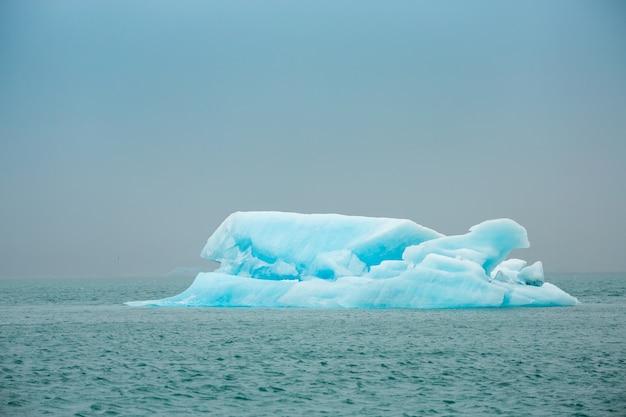 Ora legale, iceberg nella laguna del ghiacciaio di jokulsarlon, islanda