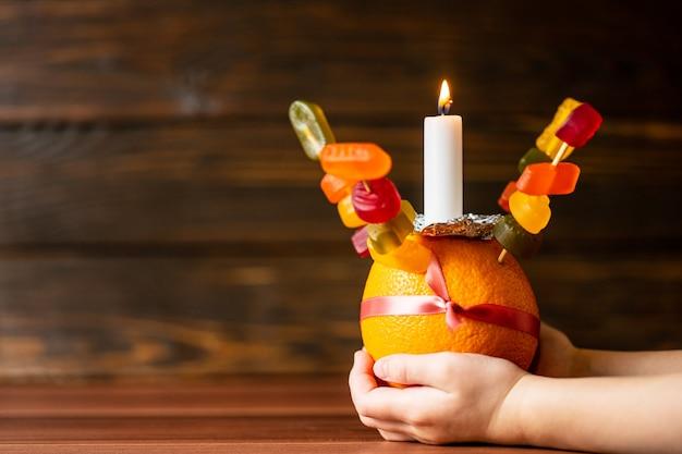 Orange christingle è un oggetto simbolico utilizzato nei servizi di avvento, natale ed epifania di molte confessioni cristiane