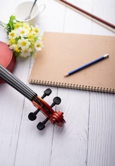 Orchestra di paletta del violino del colpo del primo piano strumentale su legno bianco