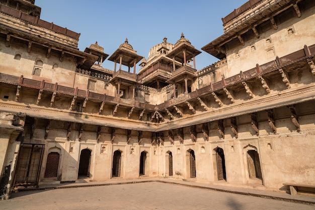 Orchha palace, interno con cortile e sculture in pietra, retroilluminazione. orto anche scritto.