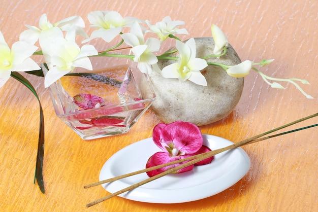 Orchidea rosa con sali da bagno rosa