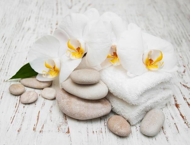 Orchidee bianche con pietre massaggianti