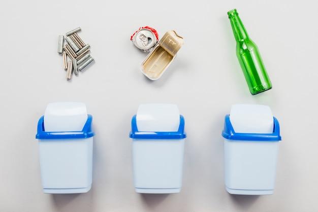 Ordinamento della spazzatura in bidoni della spazzatura separati