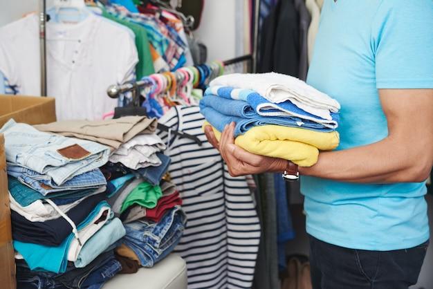 Ordinamento di vestiti puliti