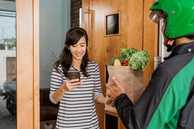 Ordinazione di un negozio di alimentari tramite app per smartphone