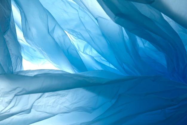 Ordito di plastica trasparente blu in polietilene chiaro. trama di plastica backgraund.
