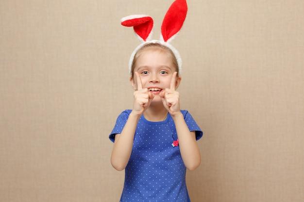 Orecchie da portare del coniglietto della bambina del piccolo bambino il giorno di pasqua.