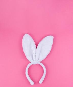 Orecchie del coniglietto bianco su sfondo rosa