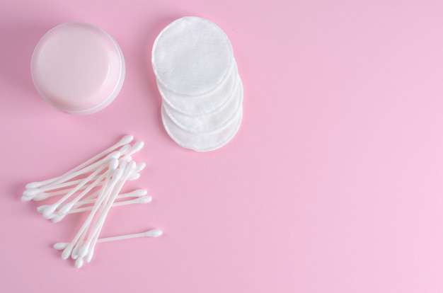Orecchiette e tamponi di cotone su rosa pastello